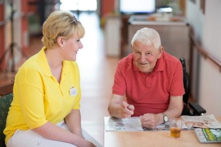 In Gesundheits- und Pflegeberufen sind Beschäftigte täglich emotional gefordert und müssen den emotionalen Bedürfnissen ihrer Klienten gerecht werden. Daher ist der Pflegesektor ein idealer Kontext, um die Rolle der Emotionsregulation für das berufliche Wohlbefinden und die Arbeitsfähigkeit zu untersuchen. Foto: Dr. Becker Unternehmensgruppe